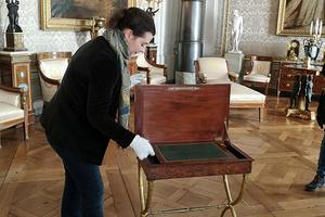 Patricia Peschel zeigt ein Nähtischchen aus dem Besitz von Königin Charlotte Mathilde (Foto: STAZ, Barbara Erbsen-Haim)
