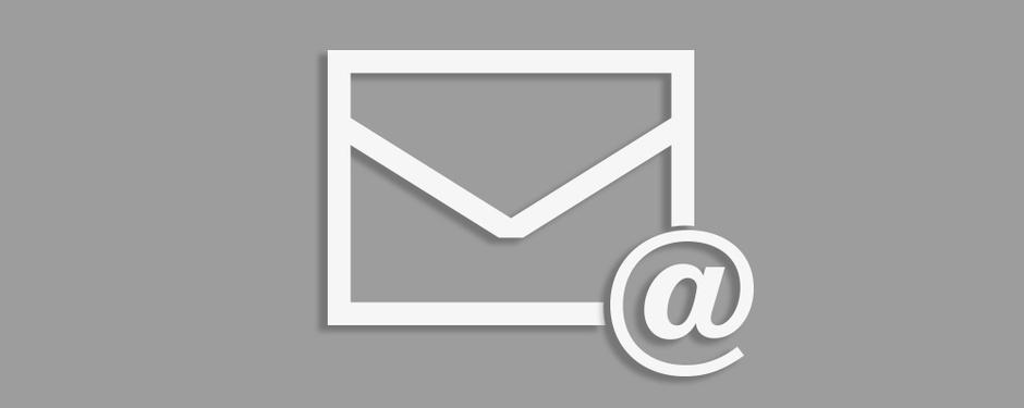 Briefumschlag auf grauem Hintergrund