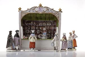 Stilecht: Verkaufsstand für Ludwigsburger Porzelln, um 1765 (Foto: LMW)