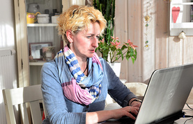 Dame vor Computer in privatem Umfeld