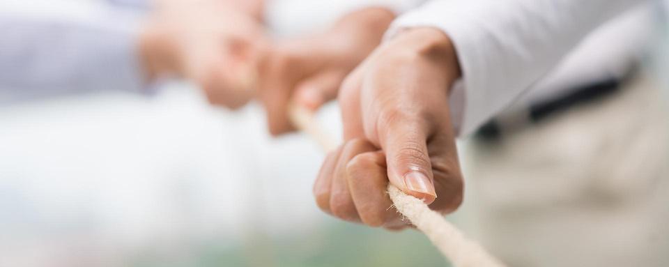 Hände ziehen an einem Seil