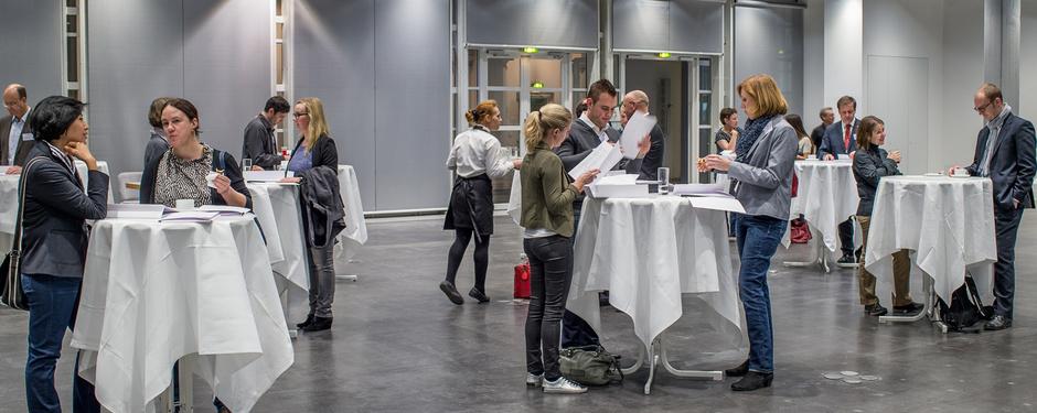 Teilnehmer im Gespräch bei einer Staatsanzeiger-Veranstaltung