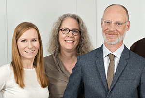 Drei MitarbeiterInnen stehen zusammen