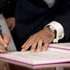 Hand unterzeichnet ein Dokument