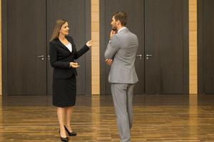 Zwei Personen unterhalten sich in einem Raum