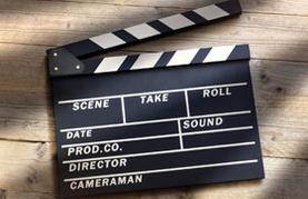 Filmklappe auf Tischhintergrund