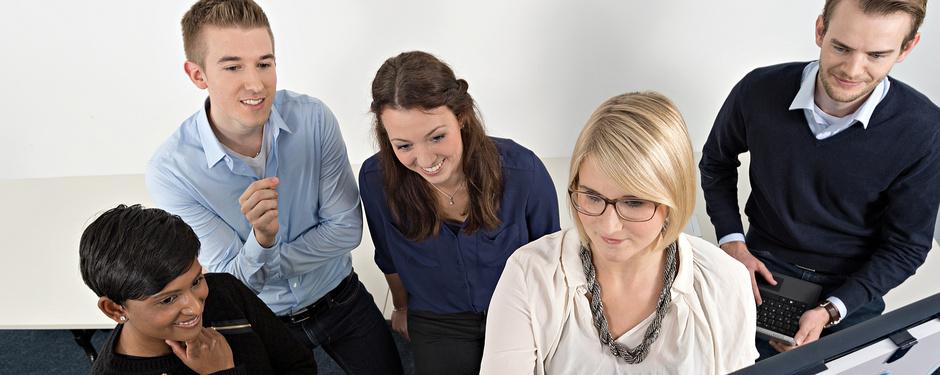 Praktikanten und Auszubildende vor dem Flipchart bei der Projektarbeit