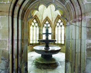 Der sanierte Dreischalenbrunnen ist ein Wahrzeichen des Klosters.