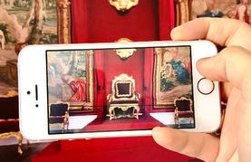 Smartphone fokussiert den Fürstensessel in Schloss Brauchsaal