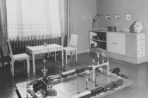 """Kinder-Spielzimmer in Berlin-Charlottenburg mit Linoleumboden, """"in gelben Farben abgetönt""""."""