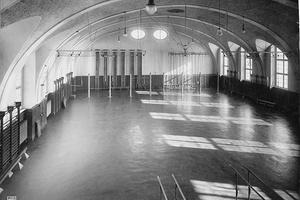 Turnhalle der Preußischen Hochschule für Leibesübungen in Berlin-Spandau, 1930er-Jahre.