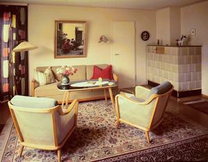 Wohnzimmer der 1950er-Jahre mit Kachelofen