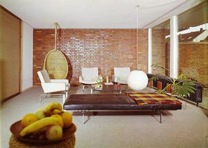 Wohnzimmer der 1960er-Jahre im modernen Bungalow