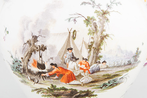 Szenerie auf einer Teetasse: Soldaten beim Einfachen eines Feuers (Foto: rem, Maria Schumann)