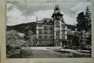 Die ehemalige Pouponnière in Nordrach auf einer Postkarte aus den 1950er-Jahren. Der imposante Bau aus dem Jahr 1900 hatte seit 1905 das Sanatorium der Stiftung Rothschild für lungenkranke jüdische Frauen beherbergt. Nach der Deportation der letzten Pa