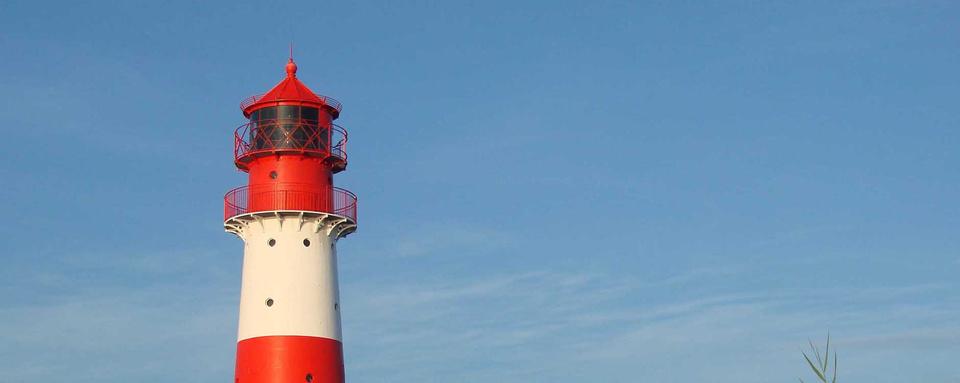 Leuchtturm vor blauem Himmel