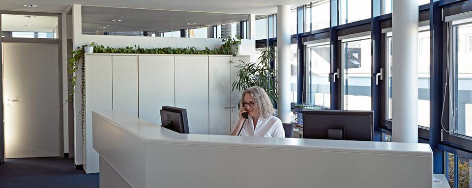 Assistentin der Geschäftsleitung am Telefon