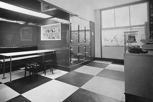 Feinkosthandlung mit Sitzecke, entworfen von Franz Kuhn (1889 – 1952). Ausstellung des Österreichischen Werkbundes in Wien 1930.