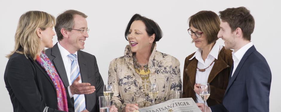 Foto Personen um einen Tisch am Netzwerken
