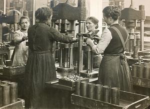 Produktion von Feldpatronenhülsen zwischen 1914 und 1918 in der württembergischen Metallwarenfabrik WMF: Frauen an einer Presse für Zündglockennieten.