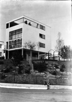 Das Einfamilienhaus von Le Corbusier und Pierre Jeanneret in der Weißenhof-Siedlung in Stuttgart. Undatierte Aufnahme von Südosten durch Willy Pragher, um 1929. (Foto: Landesarchiv Baden-Württemberg Staatsarchiv Freiburg W134 Nr. 2656)
