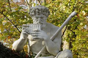 Pan-Skulptur auf einem Tuffsteinfelsen (Foto: SSG, Uschi Wetzel)