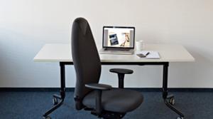 Arbeitsplatz zu besetzten - Foto freier Bürostuhl