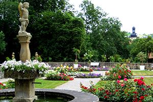 Der neu gestaltete Rosengarten in Weikersheim – ein idyllischer Platz zum Verweilen (Foto: SSG, Brigitte Ihns)