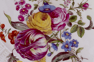 Blütenfülle auf Ludwigsburger Porzellan (Foto: SSG, Brigitte Ihns)
