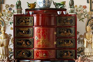 Kabinettschränkchen mit Lackdekoren aus Schloss Favorite