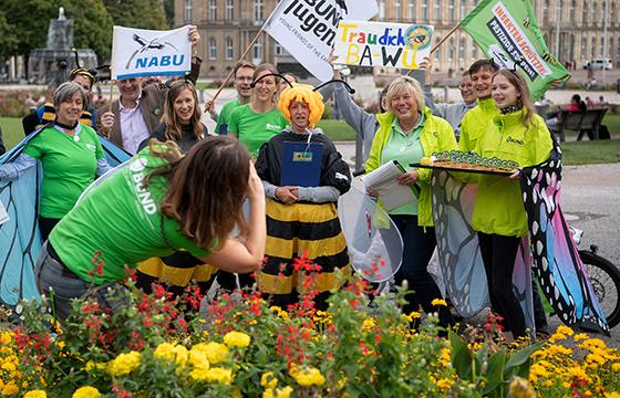 Empfehlungen an Bürger, ob das Bienen-Volksbegehren unterschrieben werden soll oder nicht, darf es laut Innenministerium nicht geben. Foto: dpa/Marijan Murat