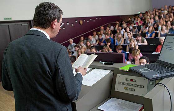 Neben ihren Hochschulaufgaben sind viele Professoren freiberuflich tätig. Der Rechnungshof fordert dafür Restriktionen. Foto: dpa