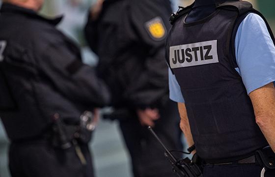 Das Justizministerium will Beschäftige im Vollzug und an Gerichten auf Belastungen vorbereiten und ihnen nach Angriffen helfen. Foto: dpa