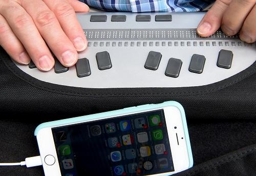 Mithilfe einer Braillezeile und Kopfhörern können Blinde Texte schreiben, beziehungsweise hören. Foto: dpa