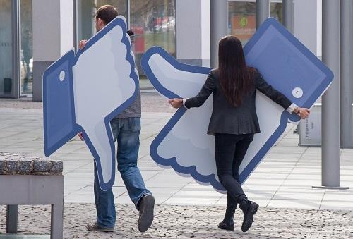 """Daniela Vey gibt Tipps für möglichst viele """"Gefällt mirs"""". Foto: dpa/ Peter Kneffel / dpa   Peter Kneffel"""