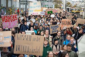 Demonstranten gehen während einer Demonstration zum Aktionstag von Studenten für bessere Finanzierung der Hochschulen durch die Innenstadt. Foto: Sebastian Gollnow/dpa