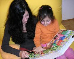 Julika (links) bringt Eda spielerisch Deutsch bei. Foto: sab