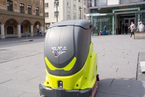 Putzroboter orientiert sich per Laserscanner und eingebauten Kameras. Foto: adlatus