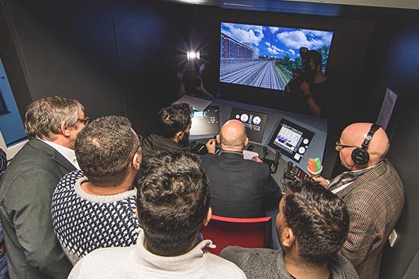 Verkehrsminister Hermann lässt sich die Lokführerausbildung erklären. Foto: Paul Gärtner