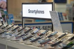 Bei neuen Produkten kann Skimming eine Möglichkeit der Preissetzung sein. Die neueste Version eines Smartphones kostet zum Beispiel immer besonders viel. Foto: dpa   Armin Weigel